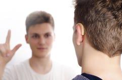 两个聋哑少年沟通 免版税库存图片