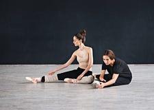 两个舞蹈家朋友实践在舞蹈演播室 免版税库存图片