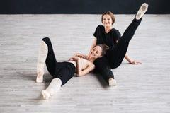两个舞蹈家朋友实践在舞蹈演播室 免版税库存照片