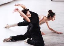 两个舞蹈家朋友实践在舞蹈演播室 库存照片