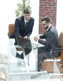 两个英俊的商人谈论合同在现代会议室 免版税库存图片