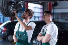 两个英俊的汽车机械师 免版税库存照片
