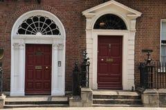 两个英王乔治一世至三世时期棕色门在城市都伯林在爱尔兰 库存照片