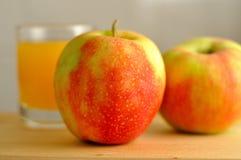 两个苹果和橙汁 免版税库存图片