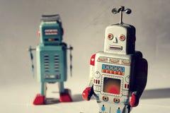 两个葡萄酒罐子玩具机器人,机器人交付,人工智能概念 免版税图库摄影