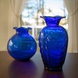 两个蓝色花瓶 库存图片