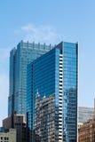 两个蓝色玻璃办公室塔在芝加哥 图库摄影