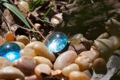两个蓝色玻璃小卵石 图库摄影