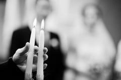 两个蜡烛手头教士背景婚礼夫妇 库存照片