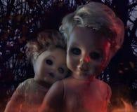 两个蠕动的玩偶,万圣夜概念 免版税库存照片