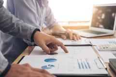 两个行政商人同事咨询和会议 免版税库存照片