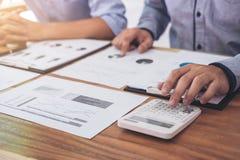两个行政商人同事咨询和会议 免版税库存图片