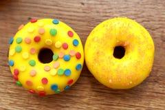 两个被分类的油炸圈饼 库存图片
