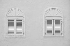 两个被成拱形的窗口 图库摄影
