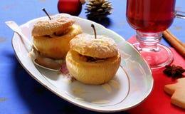 两个被烘烤的苹果当圣诞节点心 免版税库存图片