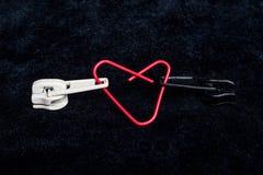 两个被连接的拉链黑白色心脏 免版税库存照片