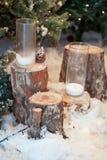 两个装饰蜡烛的构成在玻璃的在一个积雪的树桩在森林 库存图片