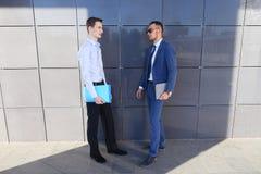 两个讨论年轻人的商人重要问题,做12月 图库摄影