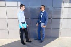 两个讨论年轻人的商人重要问题,做12月 库存图片