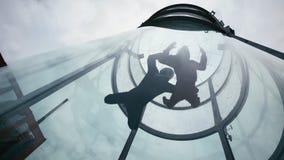两个跳伞运动员飞行入风洞 在风洞的极端skydiving的一前一后 免版税库存照片