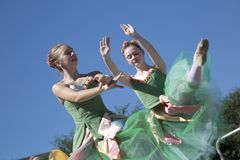 两个跳芭蕾舞者的移动是优美的 免版税图库摄影