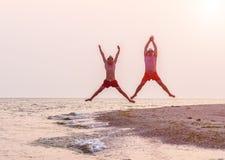 两个跳跃的人 免版税库存图片