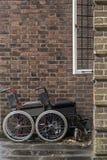两个轮椅医院外 免版税库存照片