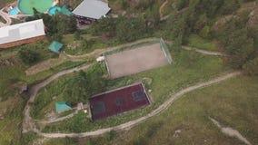 两个运动场鸟瞰图打的橄榄球和篮球与使用在队的球员位于在高阿尔泰m中 影视素材
