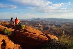 两个远足者享受看法形式绿河乐队概要 免版税图库摄影