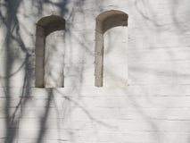 两个适当位置 涂灰泥的砖 免版税库存照片