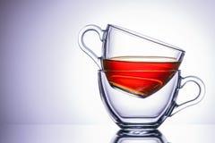 两个透明杯子茶 在右边的地点,特写镜头 库存照片
