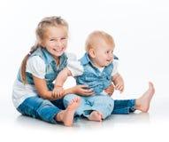 两个逗人喜爱的姐妹 免版税库存图片