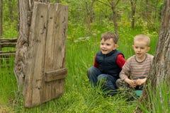 两个逗人喜爱的嬉戏的年轻男孩 免版税图库摄影