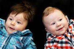 两个逗人喜爱的年轻男孩 库存照片