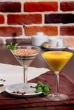 两个酒杯用点心 免版税库存图片