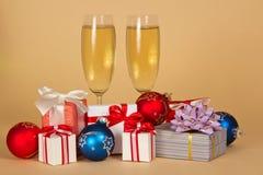 两个酒杯用香槟,迷人的礼物 免版税图库摄影