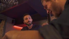 两个醉酒的朋友坐在酒吧 股票视频