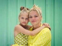 两个金发碧眼的女人妈妈和女儿微笑,拥抱 图库摄影