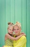 两个金发碧眼的女人妈妈和女儿微笑,拥抱 免版税库存照片