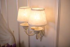 两个金子婚戒和美丽的灯 免版税库存图片