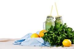 两个金属螺盖玻璃瓶从草本和菜的有机圆滑的人,隔绝在白色背景 素食主义者和健身概念 库存图片