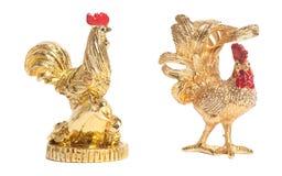 两个金黄雄鸡玩具雕象标志新年 免版税库存照片