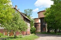 两个铁路水塔(1890和1907)和老房子o看法  库存照片
