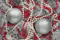两个银色圣诞节球 库存照片