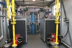 两个锅炉在一个现代锅炉房子里 免版税库存图片