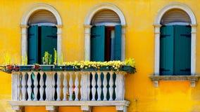 两个门和大阳台在黄色颜色墙壁上的Burano 免版税库存照片