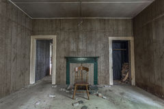 两个门道入口在一个被放弃的房子里 免版税库存照片