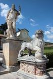 两个雕象看法在别墅Barbaro,意大利庭院里  免版税库存照片