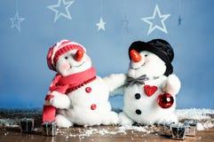 两个雪人-一对可爱的夫妇 免版税图库摄影