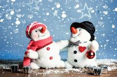 两个雪人-一对可爱的夫妇 库存照片